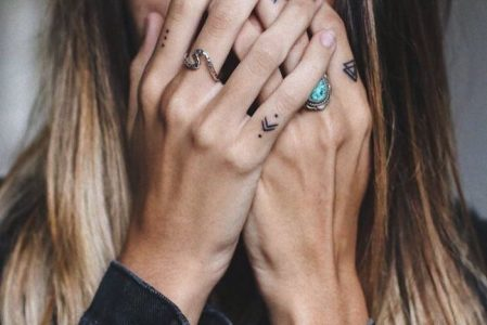 Finger Tattoo: Over 70 cool themes and their meaning